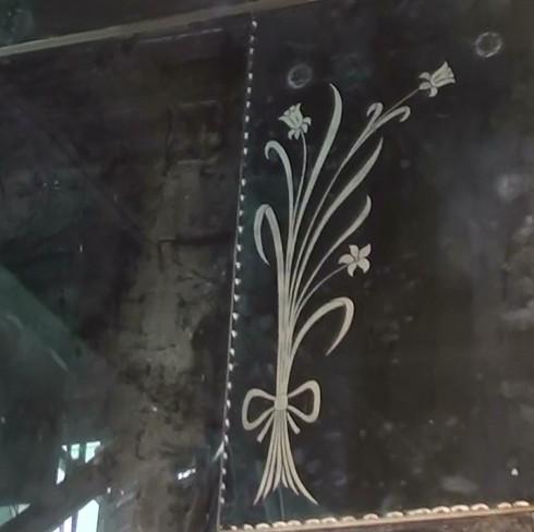 L'œuvre d'art signée Nicolas Baier, que les visiteurs peuvent admirer dès leur arrivée dans le hall d'entrée de la Maison-des-Marins, s'intitule  Vanités 3. Les miroirs du temps.