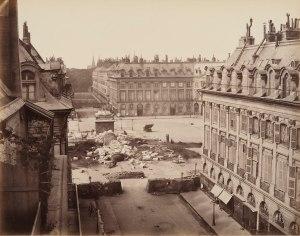 Jules Andrieu, photographe. Colonne Vendôme abattue le 16 Mai 1871. Dans Désastres de la guerre Mai 1871. Épreuve argentique à l'albumine. Collections CCA, Montréal